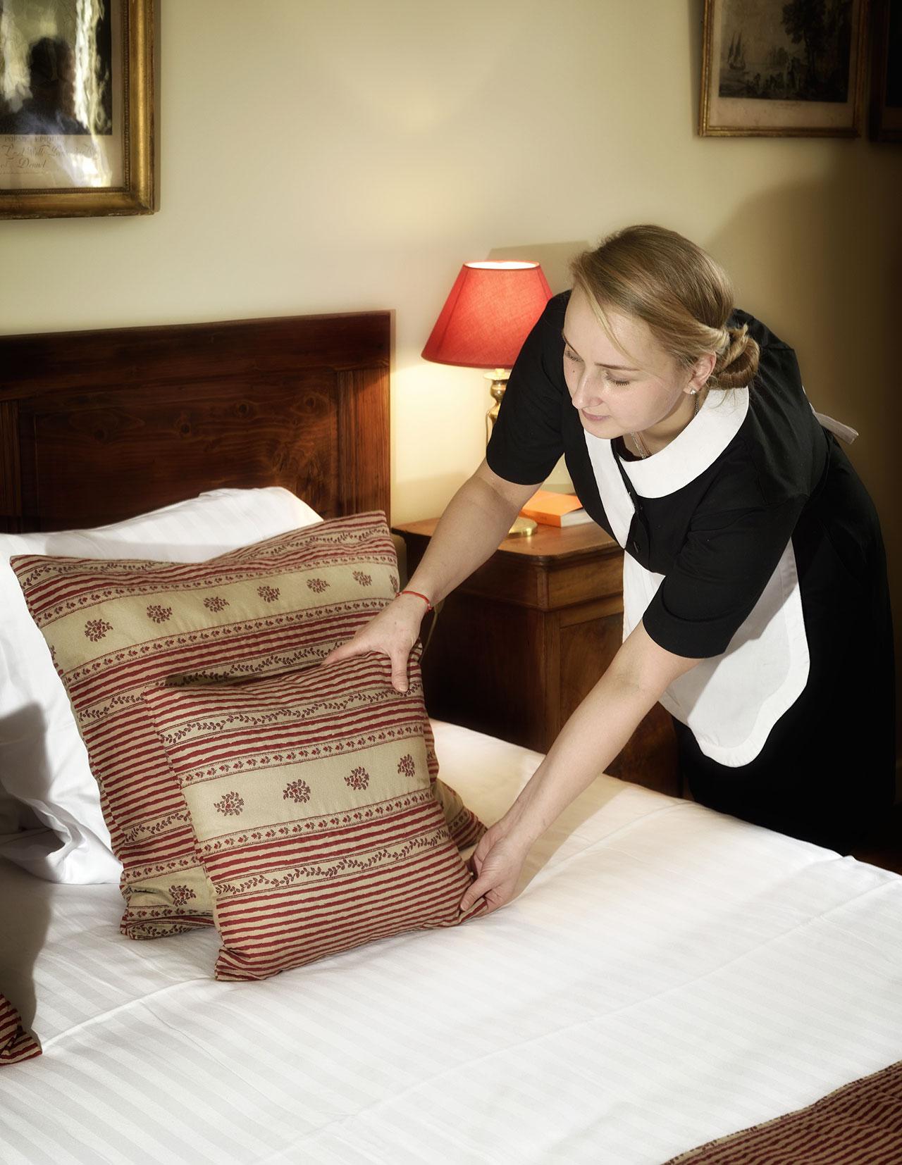 Femme valet de chambre fiche m tier de l 39 tage jobhospitality - Chambre des metiers sens ...
